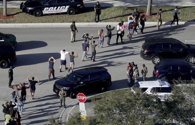 Un rapport préconise d'armer les enseignants en Floride 640x410_fusillade-parkland-fait-17-morts-14-fevrier-20148
