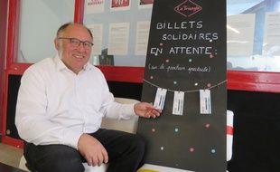 Charles-Edouard Fichet, directeur du Triangle, présente les trois premiers billets solidaires.