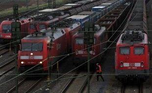 Deux dirigeants du syndicat des conducteurs de train allemands GDL ont menacé lundi dans le journal Bild Zeitung d'une grève illimitée sur toutes les lignes (grandes lignes, trains régionaux, fret), alors que le conflit avec la compagnie publique Deutsche Bahn se durcit chaque jour.