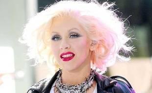 Christina Aguilera cultive un look péroxydé à l'extrème lors de sa participation au Toyota Concert Series de New York le 8 juin 2010. Quant à son collier, il est... brillant.