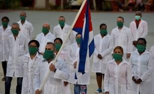 Les médecins et infirmiers cubains le 28 mars 2020, avant leur départ pour Andorre afin d'aider la principauté pyrénéenne à lutter contre le coronavirus.