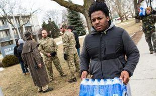 Un étudiant de l'Ohio vient distribuer des bouteilles d'eau aux habitants, à Flint le 24 janvier 2016