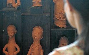 Les statuettes africaines d'Arman (à g.) et La fable des origines signée Masson.