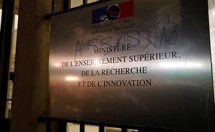 Des étudiants manifestant contre la précarité ont forcé la grille du Le ministère de l'Enseignement supérieur, le 12 novembre 2019.