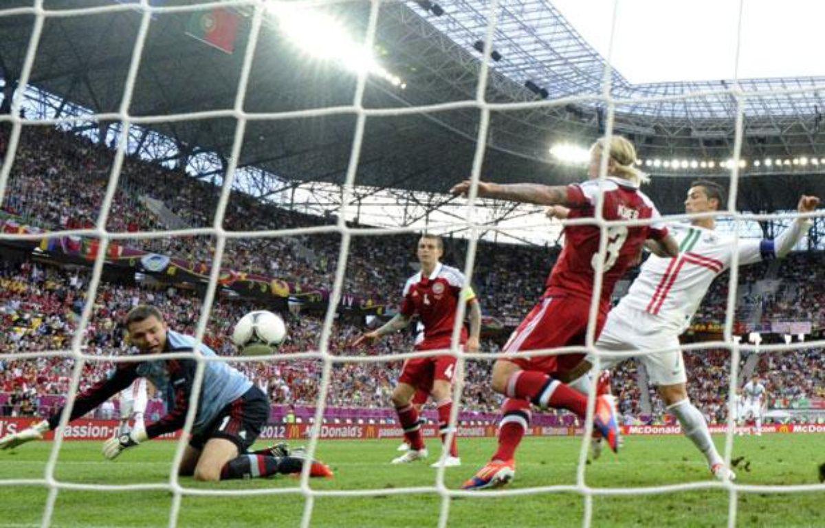 Cristiano Ronaldo devant le but danois le 13 juin 2012, à Lviv. – DAMIEN MEYER / AFP