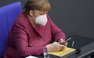 Le chancelière allemande Angela Merkel avec son smartphone le 21 avril 2021 (illustration).