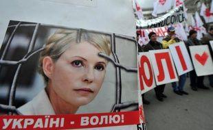 L'ex-Première ministre ukrainienne, Ioulia Timochenko, va cesser mercredi sa grève de la faim qu'elle observait depuis le 20 avril pour protester contre des violences présumées en prison, a annoncé mardi sa fille Evguenia.
