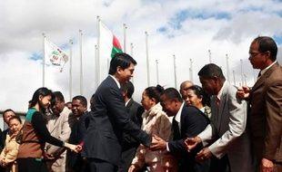 Le président de la Transition malgache, Andry Rajoelina, est arrivé lundi aux Seychelles pour un face-à-face inédit prévu mercredi avec son principal rival, l'ex-président Marc Ravalomanana, renversé en 2009, en vue de tenter de dénouer la crise dans laquelle est plongé le pays depuis.