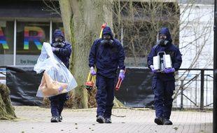 La police scientifique et l'armée à la recherche d'indices près du lieu de l'attaque, le 23 mars 2018.