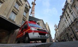 L'homme est perché sur une grue à République à Rennes.