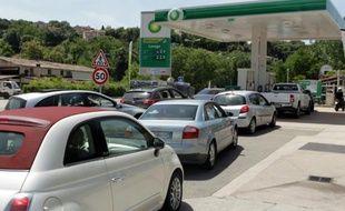File d'attente d'automobilistes à une station-service le 27 mai 2016 à Ajaccio