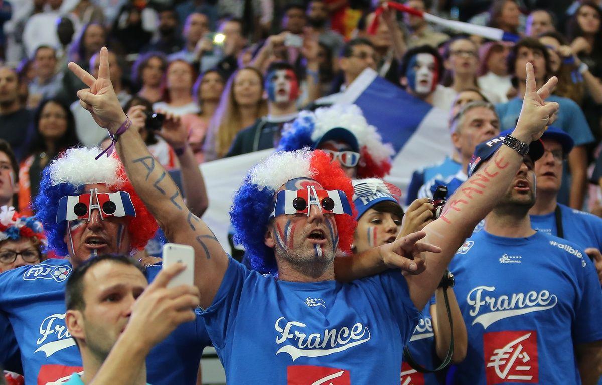 Des supporters français lors du mondial 2015 de hand au Qatar – KARIM JAAFAR / AL-WATAN DOHA / AFP