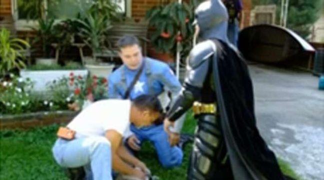 Etats-Unis: Captain America et Batman sauvent un chat des flammes
