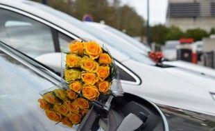 Une cinquantaine de bouquets a été déposée hier sur des voitures et dans des pots autour du batiment IFB du CHU de Toulouse.