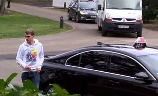 Antoine Griezmann arrive en taxi à Clairefontaine.