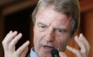 """Le ministre français des Affaires étrangères Bernard Kouchner a entamé mercredi une visite en Chine pour des entretiens sur les dossiers """"chauds"""", comme la Birmanie et l'Iran, mais aussi pour préparer la première visite à Pékin du président Nicolas Sarkozy à la fin novembre."""