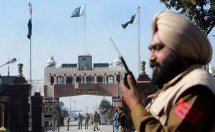 """Le Pakistan a accusé l'Inde de """"bellicisme"""" et fermement condamné mercredi les nouveaux tirs indiens ayant selon lui tué un autre de ses soldats dans la région disputée du Cachemire, un nouvel incident qui pèse sur le fragile processus de paix entre les deux puissances militaires nucléaires rivales."""