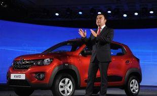 Le PDG de Renault, Carlos Ghosn, présente sa citadine low cost à moins de 5.000 euros, la Kwid, à Chennai (sud) en Inde le 20 mai 2015