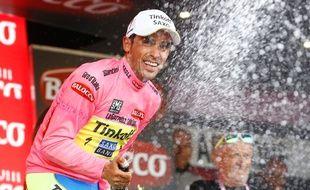 L'espagnol Alberto Contador endosse le maillot rose de leader sur le Tour d'Italie, le 13 mai 2015.