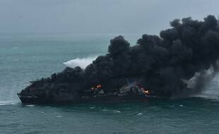 Le porte-conteneurs X-Press Pearl, en feu au large du Sri Lanka, le 26 mai 2021.