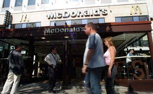 Le restaurant Mc Donald's des Champs-Elysées, bien avant les travaux, en 2004.