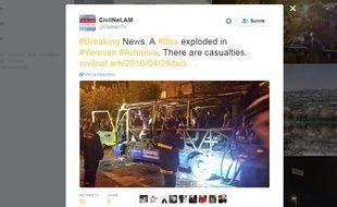 Capture d'écran d'un tweet du site d'information Civilnet.am, qui montre une photo de l'explosion d'un bus à Erevan, le 25 avril 2016.