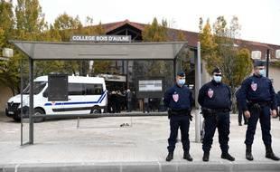 Des policiers devant le collège du Bois d'Aulne, samedi 17 octobre 2020