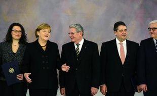 Angela Merkel entourée de G à D de Andrea Nahles, Joachim Gauck, Sigmar Gabriel et Frank-Walter Steinmeier le 17 décembre 2013 à Berlin