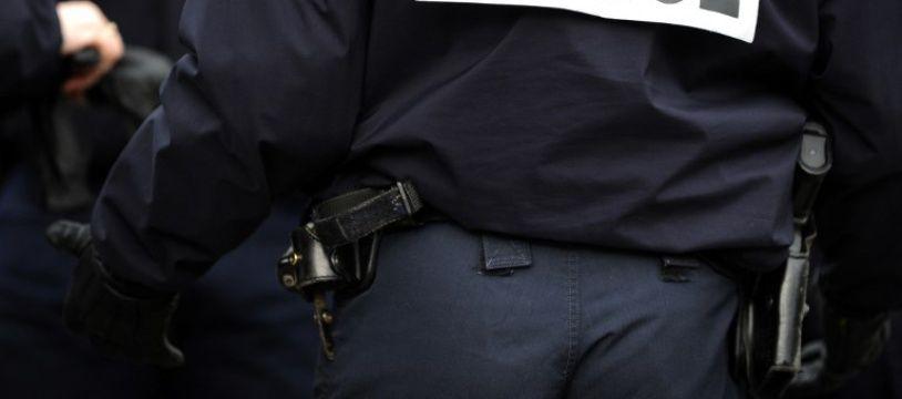 Un policier de dos en uniforme (image d'illustration).
