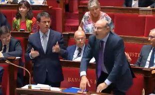 Capture d'écran de Manuel Valls demandant à la gauche de se lever pour rendre hommage à Charles Pasqua.