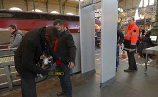 Un portique de sécurité dans une gare, ici à Paris.