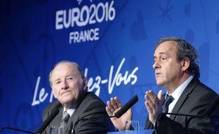 Jacques Lambert et Michel Platini lors d'une conférence de presse à un an de l'Euro en France, le 10 juin 2016.