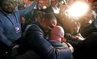 Le coach de la Nouvelle-Orléans tombe dans les bras de son vice-président après l'annonce de la draft 2019.