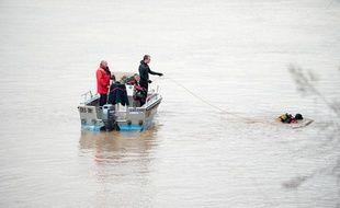 Les plongeurs des sapeurs pompiers de Bordeaux à la recherche d'un jeune bordelais disparu