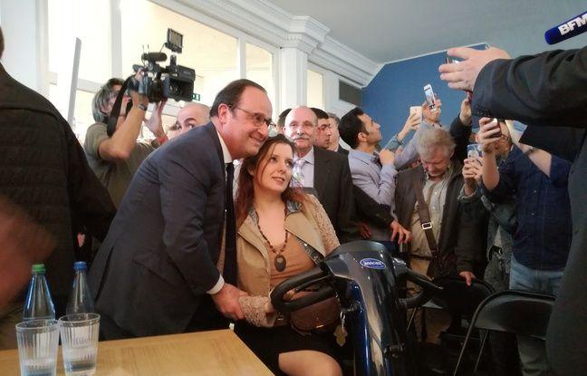 François Hollande se plie volontiers à de nombreuses photos lors des séances de dédicace de son livre, comme ici à librairie Kléber à Strasbourg.