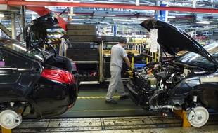 Environ 2.200 salariés et 800 intérimaires travaillent à l'usine PSA de la Janais, contre près de 10.000 en 2000.