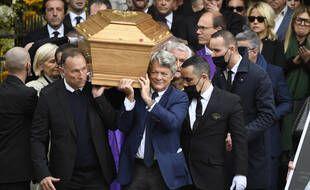 Jean Pierre Papin, Jean Louis Borloo et Claude Lelouch portent le cercueil de Bernard Tapie.