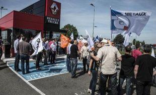 Manifestation de travailleurs de Renault Trucks le 11 mai 2015 devant le siège de la société Saint-Priest, près de Lyon