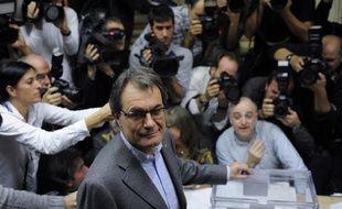 La coalition nationaliste CiU du président de Catalogne Artur Mas conserve la majorité mais enregistre une baisse tandis que la gauche indépendantiste connaît une forte poussée, selon un sondage effectué à la sortie des urnes dimanche dans cette région du nord-est de l'Espagne.