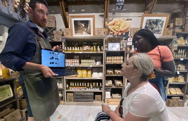 Fablio Donato, dans sa boutique, en train d'expliquer ce qu'est la truffe blanche à Manon et Candice, en pleine balade gastronomique de Nice