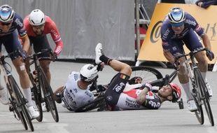 Caleb Ewan lors de sa chute (casque rouge et noir) sur le Tour de France, à Pontivy le 28 juin 2021.