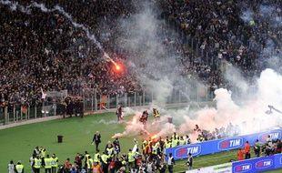 Lancement de fumigènes et protestations des supporters napolitains, avant la finale de Coupe d'Italie, opposant Naples et la Fiorentina à Rome, à cause de l'agression de trois tifosi de Naples, le 3 mai 2014.
