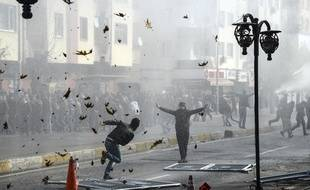 Des kurdes affrontent la police turque le 14 décembre 2015, à Diyarbakir.