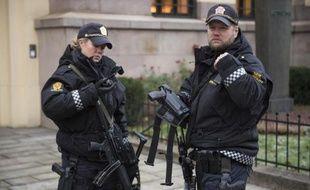 Des policiers norvégiens près de l'institut Nobel à Oslo le 9 décembre 2014