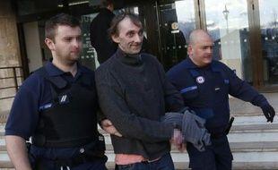 Eric Fauchard, le ravisseur de la petite Bérényss, est escorté par les agents de l'administration pénitentiaire après sa condamnation par le tribunal correctionnel de Briey (Meurthe-et-Moselle), le 23 février 2016