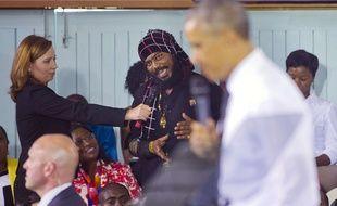 Un rasta interroge Barack Obama sur la légalisation du cannabis, à Kingston, le 9 avril 2015.