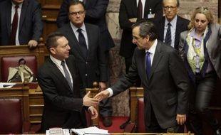 Le gouvernement grec de coalition a arraché de justesse dans la nuit de mercredi à jeudi l'adoption d'un nouveau train d'économies exigé par les créanciers UE et FMI pour garder le pays à flot, auparavant contesté dans la rue athénienne par plus de 70.000 manifestants.