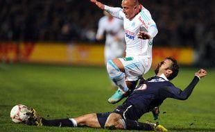 L'attaquant marseillais Fabrice Apruzesse taclé par le Bordelais Marc Planus, le 19 novembre 2012, àChaban-Delmas.