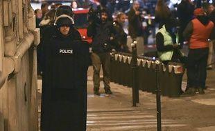 Policier au soir de l'attaque des Champs-Elysées à Paris