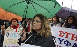 Environ 5.700 personnes se sont rassemblées mercredi à Athènes à l'appel des principaux syndicats grecs qui dénoncent les coupes dans les retraites et les salaires au lendemain du plan de sauvetage octroyé à la Grèce par la zone euro, a-t-on appris de source policière.